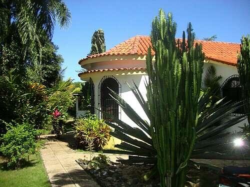 Para alquilar en sosua: villa bonita con piscina y jardín.