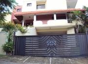 Se vende hermosa casa de dos niveles con piscina en arrollo hondo!!