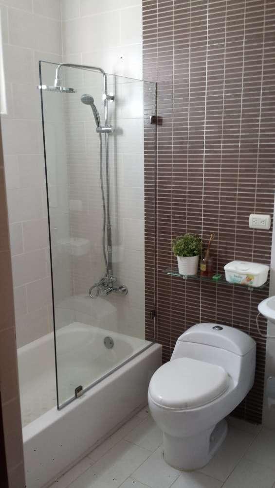 Mampara de baño moderna en vidrio templado flotante